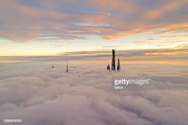 vista aérea de shanghai al atardecer - alto posición descriptiva fotografías e imágenes de stock