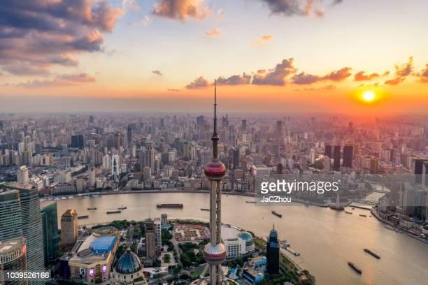 vista aérea da cidade xangai ao entardecer - rio huangpu - fotografias e filmes do acervo