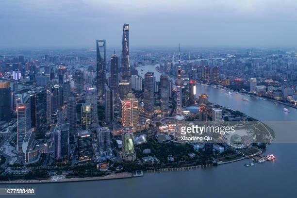 aerial view of shanghai lujiazui at dusk - rio huangpu - fotografias e filmes do acervo
