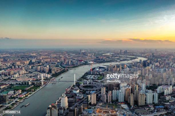 vista aérea da skyline de shanghai - rio huangpu - fotografias e filmes do acervo