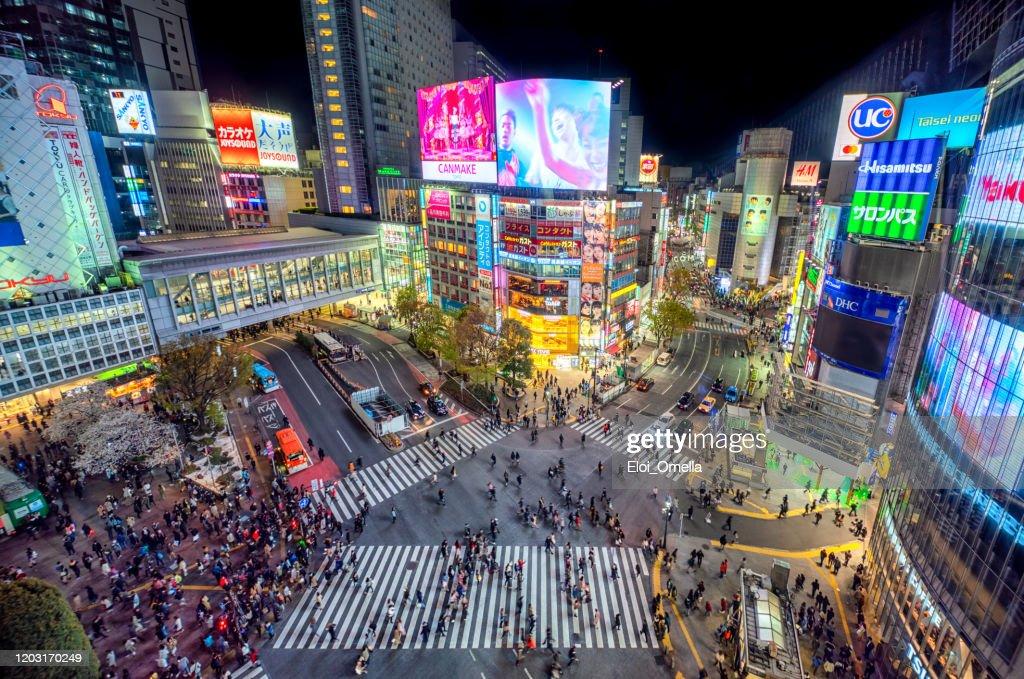 aerial view of Shibuya Crossing at night. Tokyo 2020, Japan : Foto de stock