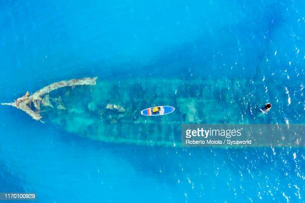 aerial view of ship wreck in the caribbean sea - paisajes de republica dominicana fotografías e imágenes de stock