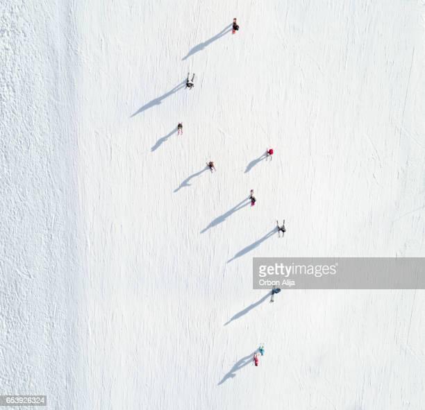 Luftaufnahme der Skifahrer