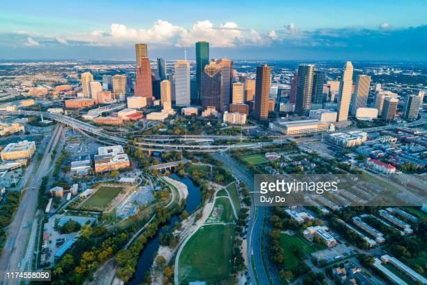 aerial view of skyline downtown houston and highway traffic at buffalo bayou park, houston, texas, usa - houston texas fotografías e imágenes de stock