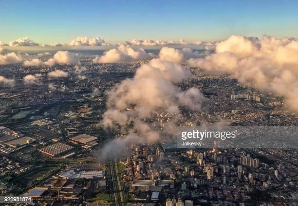 vista aérea de são paulo em meio a algumas nuvens em uma noite de céu claro - são paulo - fotografias e filmes do acervo