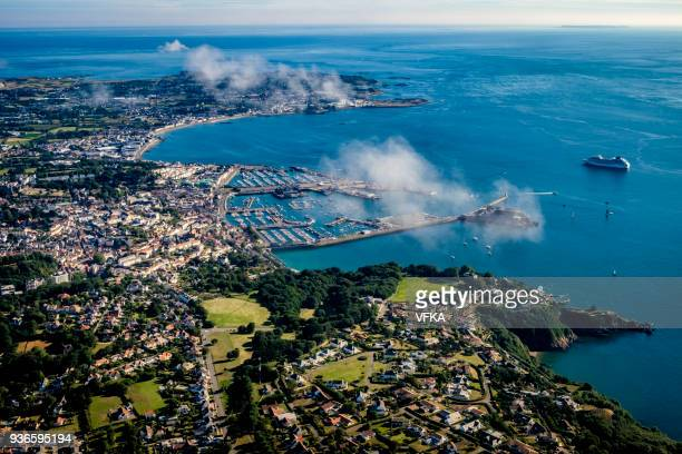 aerial view of st peter port, capital of guernsey, channel islands, cruise ship at anchor - isola di guernsey foto e immagini stock