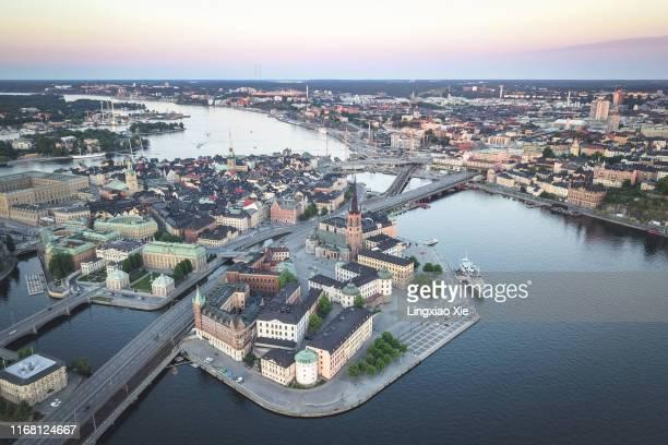 aerial view of stockholm city skyline, riddarholmen, gamla stan, skeppsholmen and södermalm at dusk, stockholm, sweden - riddarholmkirche stock-fotos und bilder