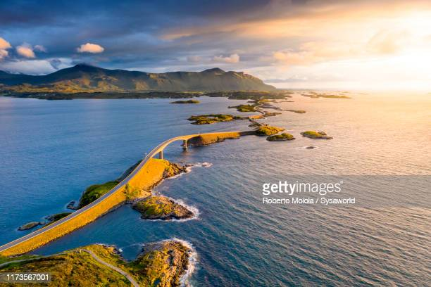 aerial view of storseisundet bridge, norway - atlantic road norway photos et images de collection