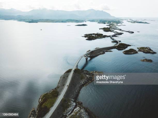 vue aérienne du magnifique pont route et îles de petit rocher au-dessus de la mer de norvège - atlantic road norway photos et images de collection