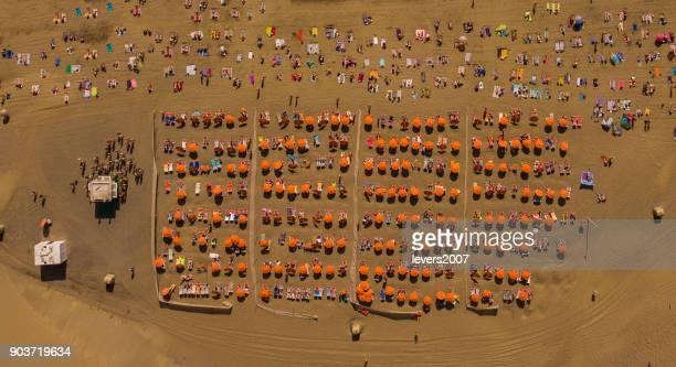 マスパロマス、グラン カナリア島、スペインのビーチで日光浴の眺め. - オクトコプター ストックフォトと画像