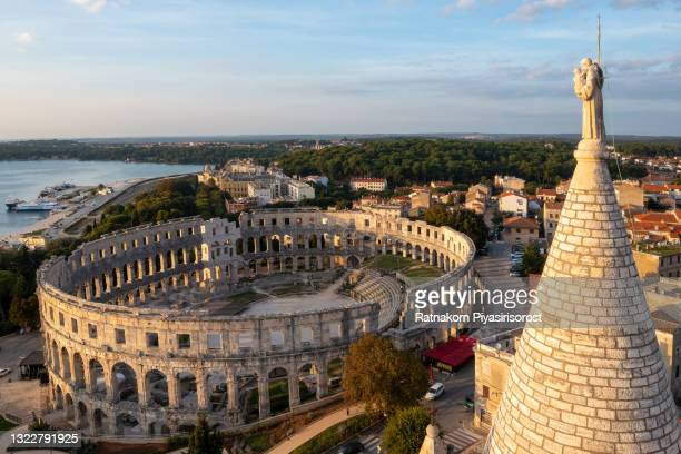aerial view of sunset scene of pula city and the pula arena is a roman amphitheater located in pula, croatia - イストリア半島 プーラ ストックフォトと画像