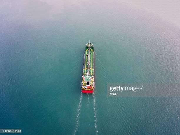 vista aérea del petrolero de la nave que lleva aceite o gas en el mar. - tanker fotografías e imágenes de stock