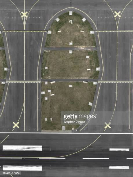 aerial view of tarmac at airport - frankfurt international airport stock pictures, royalty-free photos & images