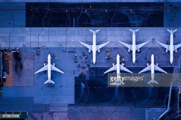aerial view of the airport at twilight.viewpoint from directly above. - groupe moyen d'objets photos et images de collection