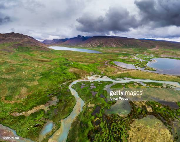 aerial view of the alpine tundra with lakes. kyrgyzstan, suek pass - clima alpino foto e immagini stock