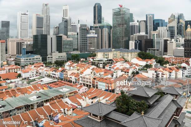 aerial view of the buddha tooth relic temple and the financial district skyline in singapore - didier marti stock-fotos und bilder