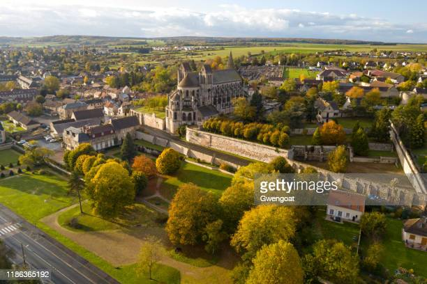 aerial view of the church of st. nicholas in saint-leu d'esserent - gwengoat stock pictures, royalty-free photos & images