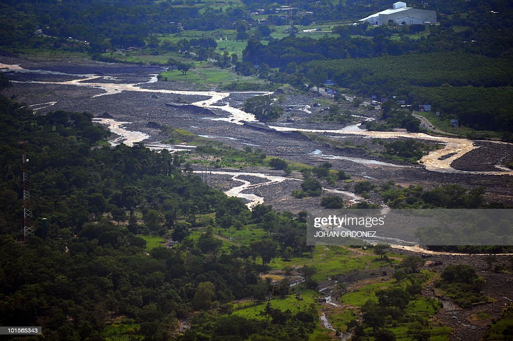 Aerial view of the damages caused by the overflowing of the Samala river in Retalhuleu on June 2, 2010, following the passage of Tropical Storm Agatha. The death toll from a violent weekend storm that lashed Central America neared 150 Tuesday, and more fatalities were feared as rescuers reached villages cut off by floods and mudslides. Guatemala's President Alvaro Colom told in a press conference that 123 people were now confirmed killed and another 90 missing in his country as a result of Tropical Storm Agatha, which dumped heavy rains before dissipating in the country's highlands. AFP PHOTO / Johan ORDONEZ