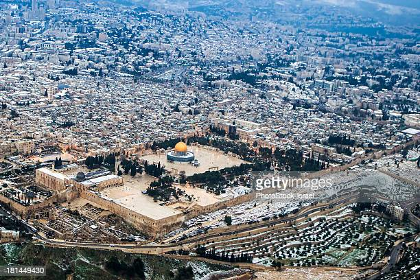 aerial view of the dome of the rock - monte del templo fotografías e imágenes de stock