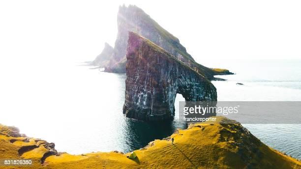 Flygfoto av dranganir rock på Färöarna