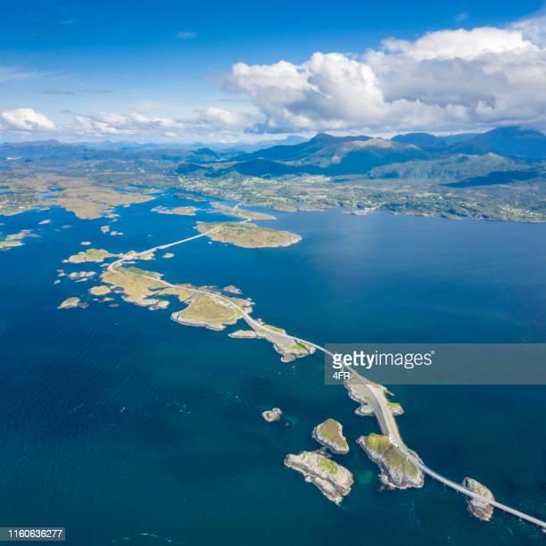 vue aérienne de la célèbre route de l'océan atlantique, norvège - atlantic road norway photos et images de collection