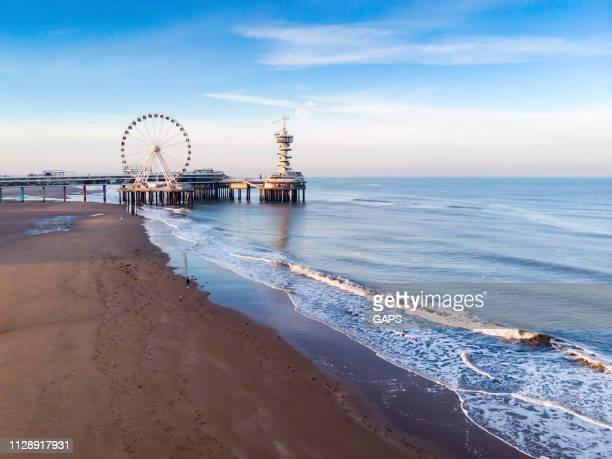 luchtfoto van het reuzenrad op de pier van scheveningen - den haag stockfoto's en -beelden