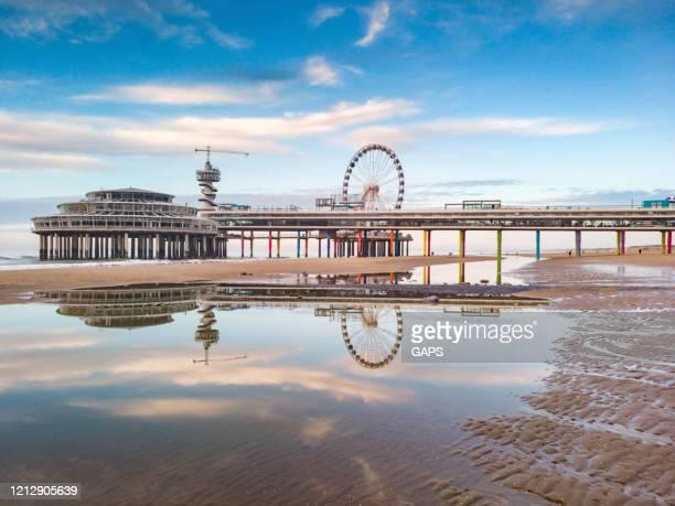 luchtfoto van het reuzenrad op de pier bij scheveningen - den haag stockfoto's en -beelden