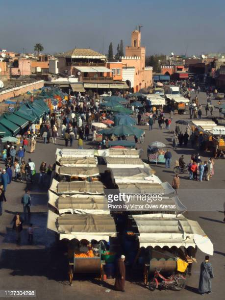 aerial view of the jemaa el-fnaa square and orange juice vendors in marrakech, morocco - victor ovies fotografías e imágenes de stock
