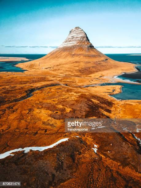 Luchtfoto van de Kirkjufell-berg in IJsland