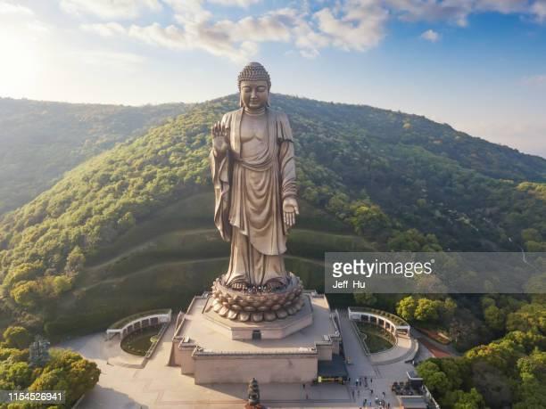 vue aérienne du site pittoresque bouddhiste de lingshan, ville de wuxi, province de jiangsu, chine - province du jiangsu photos et images de collection
