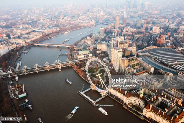 aerial view of the millenium wheel at sunset, london - ruota panoramica foto e immagini stock