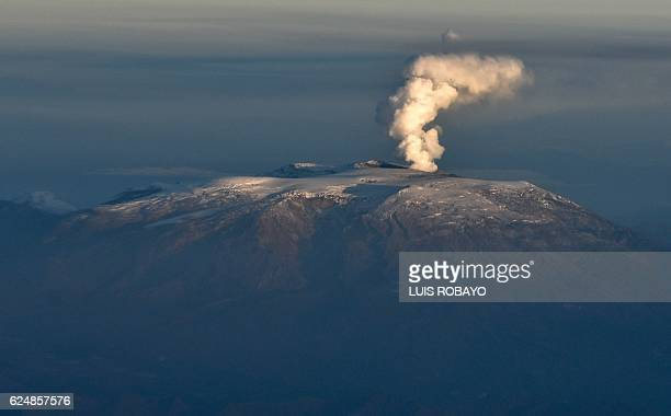 Aerial view of the Nevado del Ruiz volcano showing a plume of smoke and ashes on November 21, 2016 in Colombia. / AFP / LUIS ROBAYO