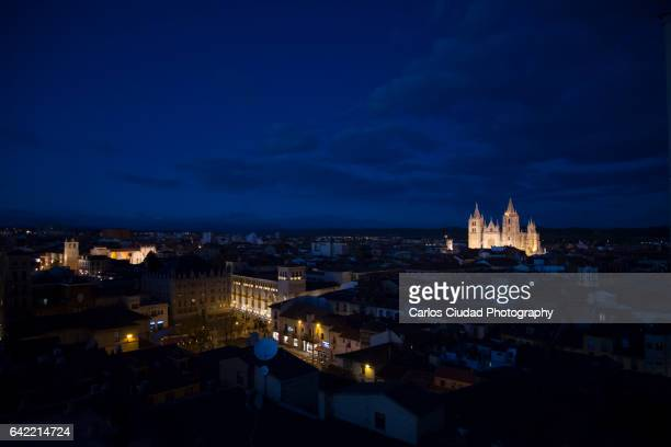 aerial view of the old town of leon (spain) at night - león province spain stock pictures, royalty-free photos & images