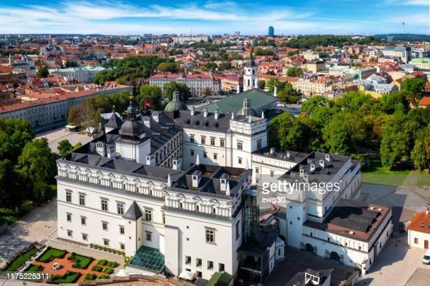 luftaufnahme der altstadt von vilnius, hauptstadt litauens - hauptstadt stock-fotos und bilder