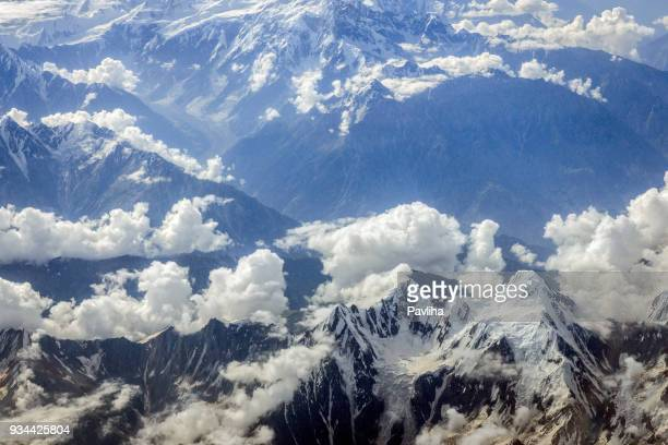 luchtfoto van de pakistaanse bergen, centraal-azië - himalaya stockfoto's en -beelden