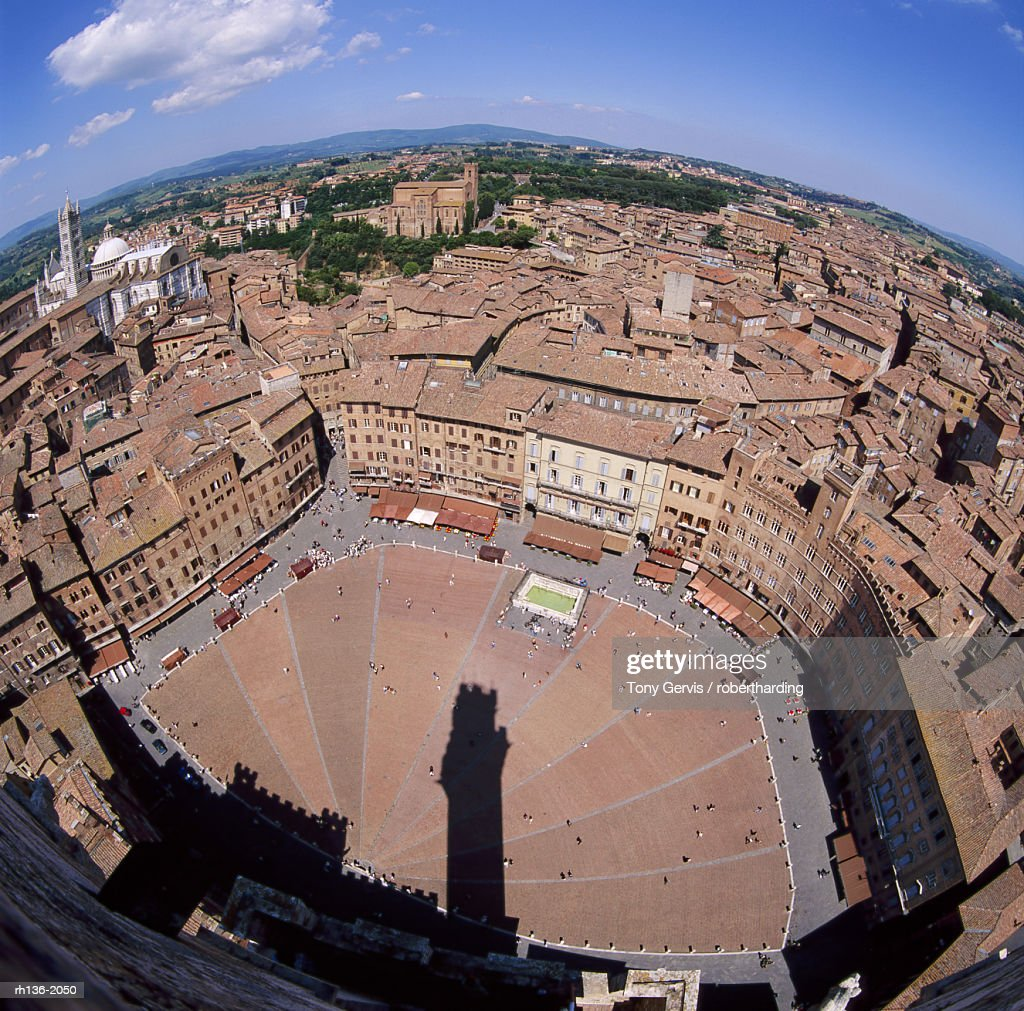 Aerial view of the Piazza del Campo and the town of Siena, Tuscany, Italy : Foto de stock