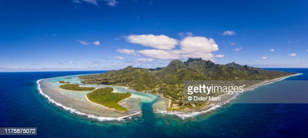 aerial view of the rarotonga island, with the muri beach and lagoon, in the cook island. - isole cook foto e immagini stock