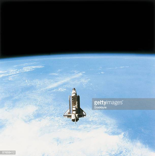 aerial view of the space shuttle in orbit above earth - transbordador espacial fotografías e imágenes de stock