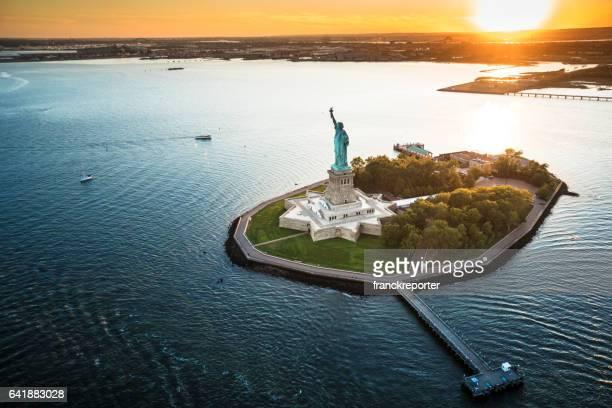 vista aérea da estátua da liberdade - ilha staten - fotografias e filmes do acervo