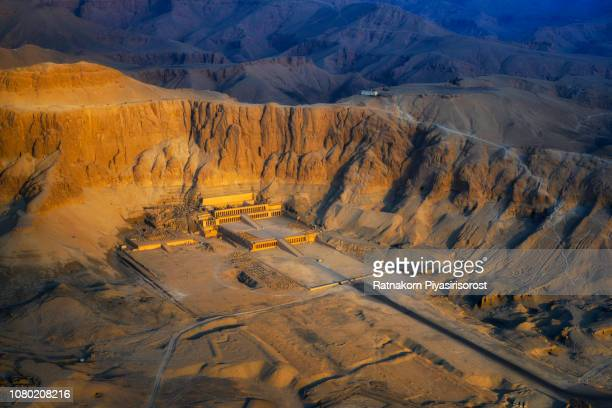 aerial view of the temple of hatshepsut near luxor in egypt - arqueologia - fotografias e filmes do acervo