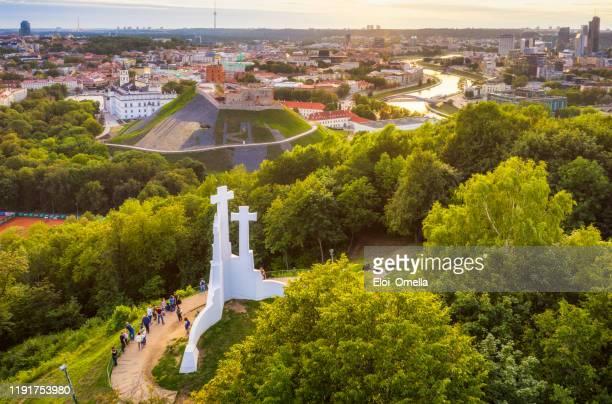 vista aérea del monumento a las tres cruces, las ruinas del castillo de gediminas y el río neris. paisaje de vilna desde la colina de las tres cruces, lituania - lituania fotografías e imágenes de stock