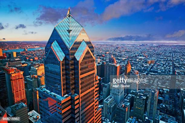 aerial view of the 'two liberty place' skyscraper at sunset - ペンシルベニア州フィラデルフィア ストックフォトと画像