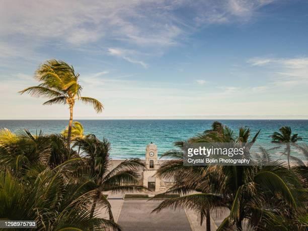2021年1月の平日、フロリダ州パームビーチのワースアベニュー時計塔の空中写真 - ウェストパームビーチ ストックフォトと画像