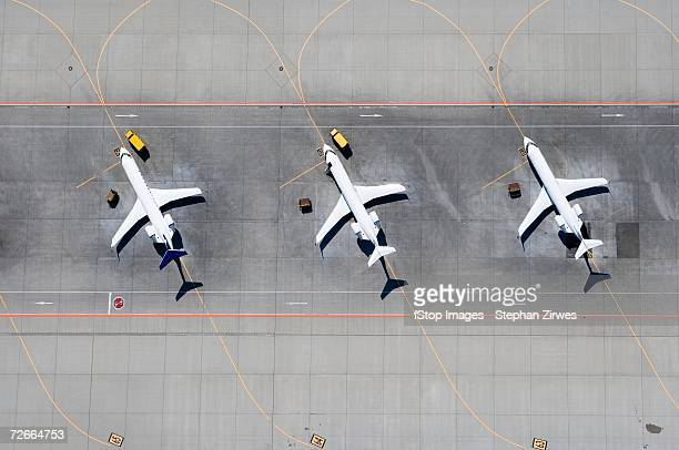 aerial view of three airplanes in a row - avion fotografías e imágenes de stock