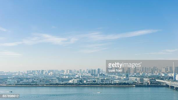 aerial view of tokyo bay area on a sunny winter day - horizon over land stockfoto's en -beelden