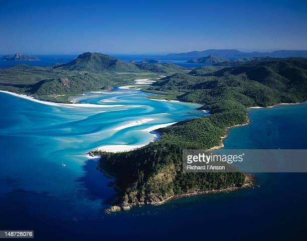 aerial view of tongue point, hill inlet and whitehaven beach. - bras de mer caractéristiques côtières photos et images de collection