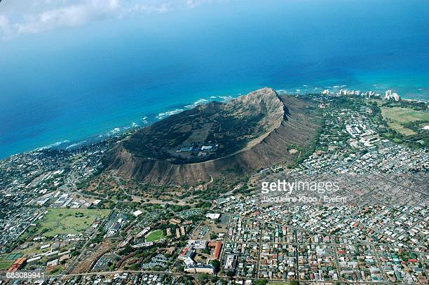 aerial view of town and mountain by sea - ダイヤモンドヘッド ストックフォトと画像