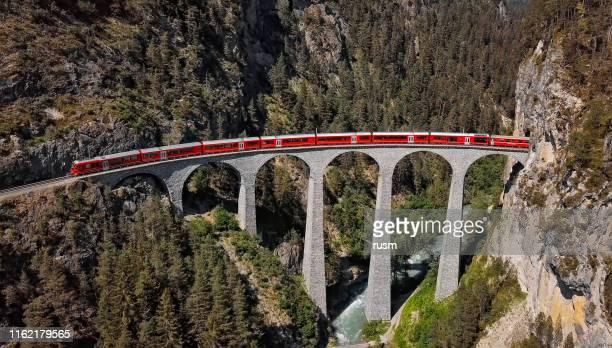 luftaufnahme des zuges auf dem berühmten landwasserviadukt, graubunden, schweiz. - kanton graubünden stock-fotos und bilder
