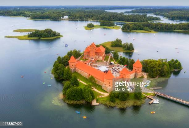 vista aérea del castillo de la isla de trakai en el lago galve, lituania - lituania fotografías e imágenes de stock