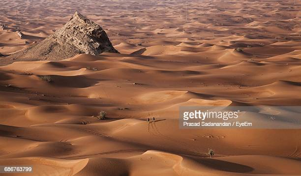aerial view of two people travelling through desert in sharjah - emirate of sharjah stock pictures, royalty-free photos & images